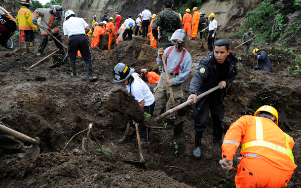 Rescue workers dig for landslide victims in La Cumbre de Alaska. As many as 100 people may have been buried in a landslide in Guatemala on a major highway, a spokesman for the fire department said. Approximately 100 people were attempting to dig a bus out of a first mudslide when a second engulfed the scene, said fire department spokesman Sergio Vasquez. (REUTERS)