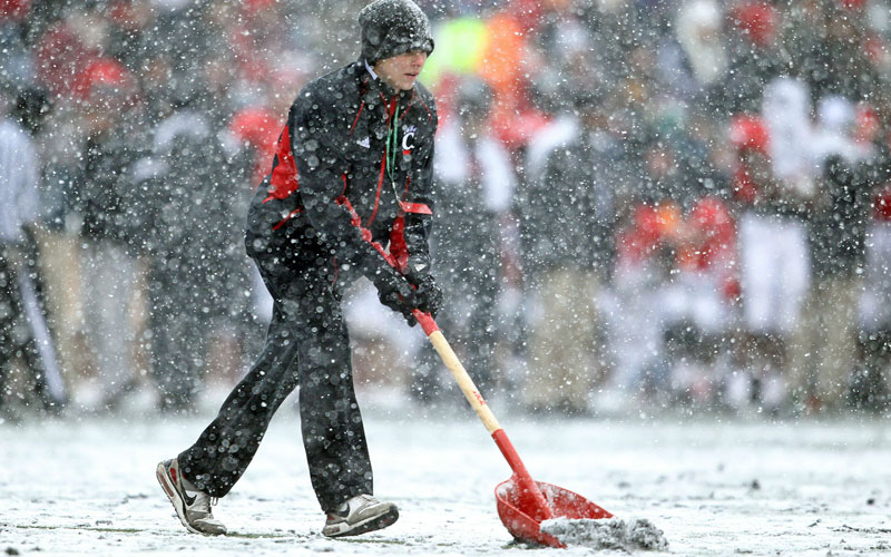 A field worker shovels snow off of the field during the Big East Conference game between the the Pittsburgh Panthers and the Cincinnati Bearcats at Nippert Stadium on December 4, 2010 in Cincinnati, Ohio. (AFP)