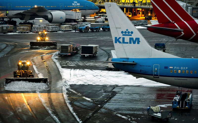 Snowplows remove snow from the airstrip on December 4, 2010 at Schiphol airport in Amsterdam. (AFP)