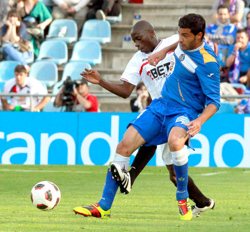 Getafe defender Miguel Torres (right) vies for the ball with Sevilla's French defender Mouhamadou Dabo during their Spanish Primera Division soccer match in Getafe, near Madrid, Spain, on April 16, 2011 (EPA)
