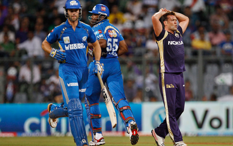Kolkata Knight Riders Jacques Kallis, right, reacts as Mumbai Indians batsmen James Franklin, left, and Kieron Pollard add runs during their Indian Premier League (IPL) eliminator cricket match in Mumbai, India, Wednesday, May 25, 2011 (AP Photo)