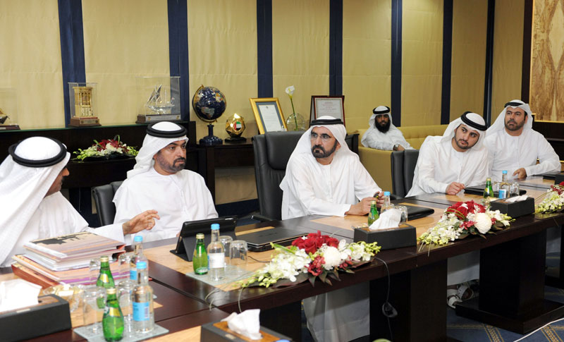 Sheikh Mohammed visits to the Ministry of Public Works. (WAM)