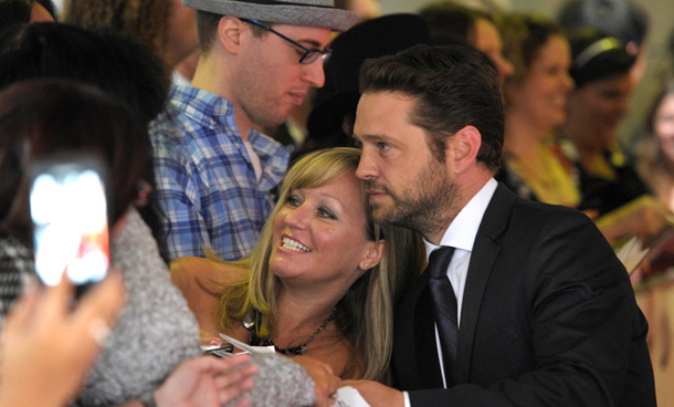 Actor Jason Priestley poses with fans on the red carpet at the 26th Gemini Awards in Toronto September 7, 2011. (REUTERS)