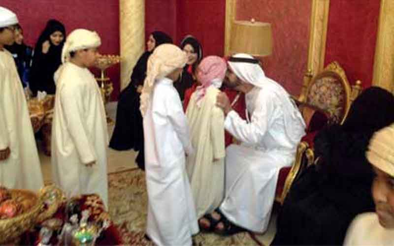 Sheikh Mohammed with Umm Abdullah and her family (EMARAT AL YOUM)