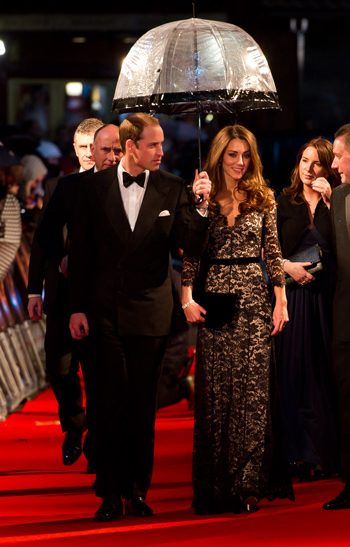 Prince William, Duke of Cambridge and Catherine, Duchess of Cambridge attend the UK premiere of War Horse at the Odeon Leicester Square in London, England. (GETTY/GALLO)