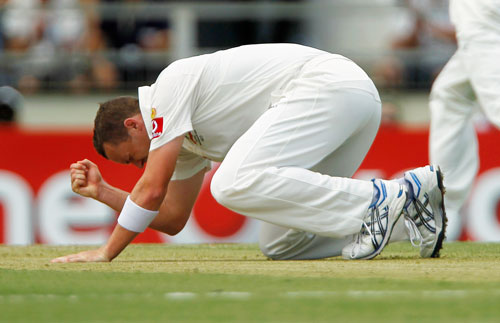 Peter Siddle of Australia reacts after missing a catch from Sachin Tendulkar of India during their third test cricket match at the WACA in Perth January 13, 2012.  REUTERS)