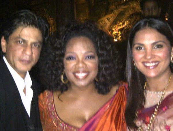 Oprah Winfrey with Shah Rukh Khan and Lara Dutta ini Mumbai. (Pic: Twitter)