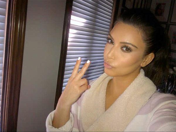 Kim Kardashian show off her new nail pain on Twitter.