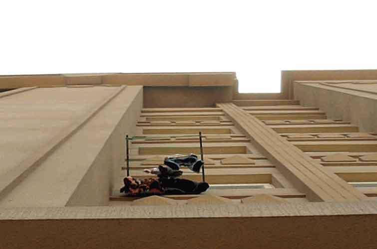 الصورة: 23 kids fell to their death from balconies in the past 6 years
