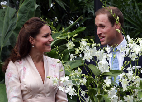 Catherine, Duchess of Cambridge and Prince William, Duke of Cambridge smile as they look at an orchid named in honour of Diana, Princess of Wales at Singapore Botanical Gardens. (GETTY/GALLO)