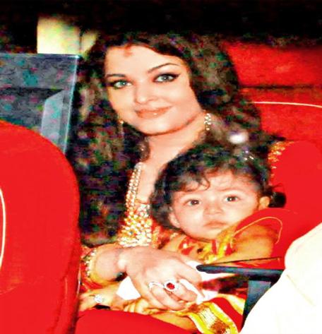 Aishwarya Rai Bachchan with daughter Aaradhya during Diwali. (Twitter: @AishwaryaRaiWeb)