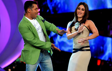 "Indian Bollywood actress Kareena Kapoor (R) performs a song with actor Salman Khan on the set of a television show during the promotion of their forthcoming  Hindi film ""Dabbang 2"" in Lonavala some 50kms south-east of Mumbai late November 30, 2012. (AFP)"