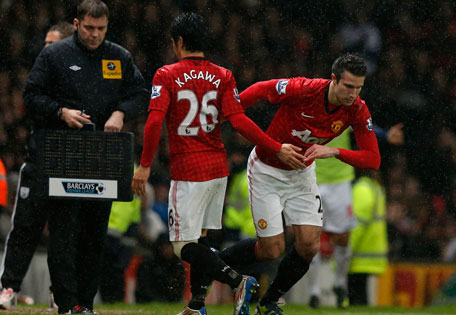 Manchester United's Shinji Kagawa (centre) is replaced by Robin van Persie during their English Premier League match against West Bromwich Albion at Old Trafford in Manchester, England on December 29, 2012. (REUTERS)