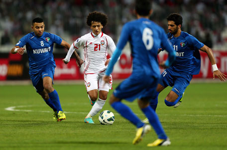 Omar Abdelrahman (centre) of UAE dribbles past Fahed Al Ibrahim (right) and Talal Al Enzi of Kuwait during the semifinal of the 21st Gulf Cup in Manama, on January 15, 2013. (AFP)