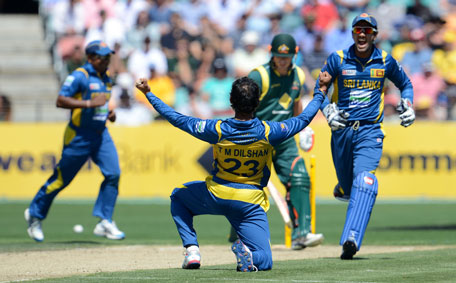 Tillakaratne Dilshan (centre) celebrates taking the wicket of David Warner during their fifth one-day international between Sri Lanka and Australia at Blundstone Arena, Hobart on January 23, 2013. (AFP)