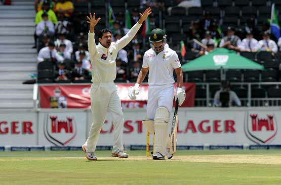 Pakistan bowler Junaid Khan celebrates the wicket of South African batsman Alviro Petersen on February 1, 2013 during the first Test against South Africa at Wanderers Stadium in Johannesburg. (AFP)