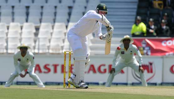 South Africa captain Graeme Smith bats on February 1, 2013 during the first Test against Pakistan at Wanderers Stadium in Johannesburg. (AFP)