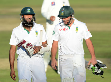 Hashim Amla and AB de Villiers of South Africa walk off at the end of the day's play during day 2 of the 1st Test against Pakistan at Bidvest Wanderers Stadium on February 2, 2013 in Johannesburg, South Africa. (GETTY/GALLO)