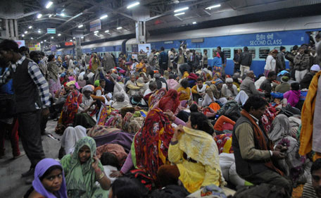 Passengers crowd together at a platform after part of a railing from a bridge collapsed at Allahabad railway station February 10, 2013. (REUTERS)