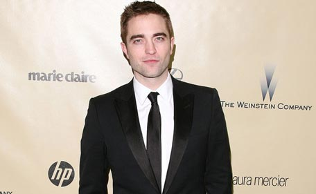 Robert Pattinson has a new girlfriend! Sorry Kristen ...