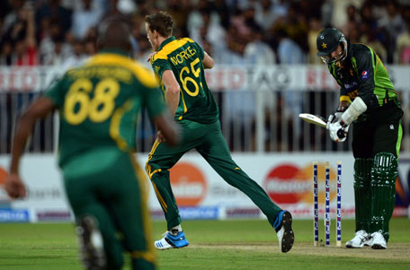 South African bowler Morne Morkel (centre) celebrates after winning the first after winning the first one-day match against Pakistan in Sharjah Cricket Stadium in Sharjah on October 30, 2013. (AFP)