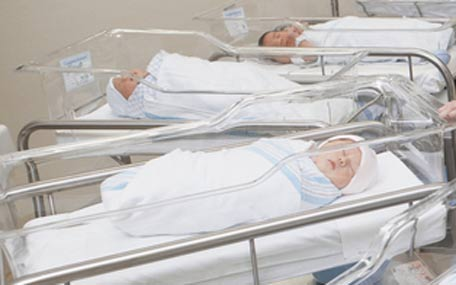 Identical twin sisters give birth 2 hours apart