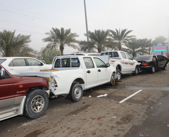 Car pile-up after the accident on Abu Dhabi-Al Ain Road on Thursday morning (Photos courtesy Al Bayan)