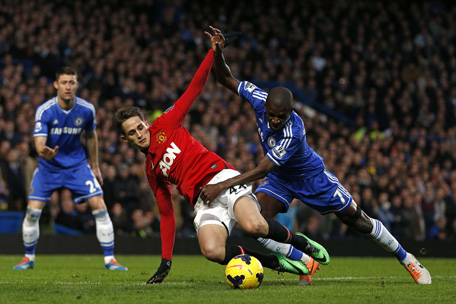 Chelsea's Brazilian midfielder Ramires (R) challenges Manchester United's Belgian midfielder Adnan Januzaj (C) during the English Premier League football match between Chelsea and Manchester United at Stamford Bridge in London on January 19, 2014.  (AFP)