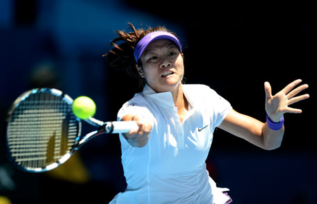 Li Na of China hits a return to Eugenie Bouchard of Canada during their women's singles semifinal match at the Australian Open 2014 tennis tournament in Melbourne January 23, 2014. (REUTERS)