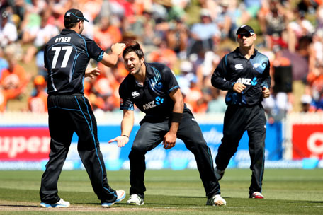 Hamish Bennett (centre) of New Zealand celebrates his wicket of Ambati Rayudu of India with Jesse Ryder (left) during game four of the men's one day international series between New Zealand and India at Seddon Park on January 28, 2014 in Hamilton, New Zealand. (GETTY)