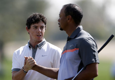 Rory McIlroy of Northern Ireland and Tiger Woods of the USA shake hands during the first round of the 2014 Omega Dubai Desert Classic on January 30, 2014 in Dubai, UAE. (AFP)