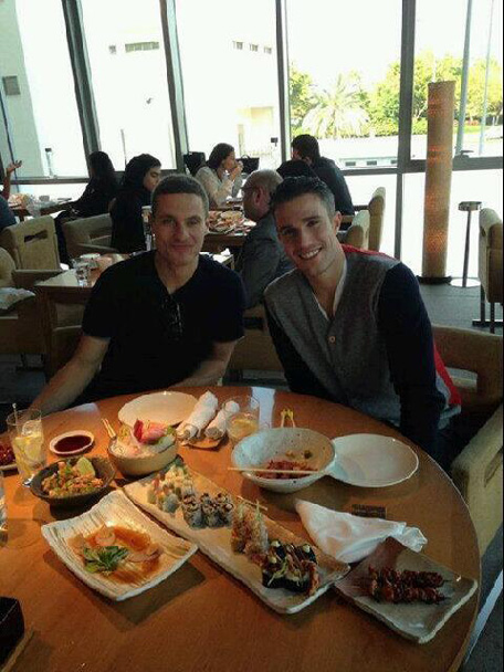 Nemanja Vidic and Robin Van Persie enjoy a meal in Dubai. (Twitter)