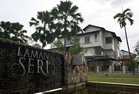This general view shows the residential complex where missing Malaysia Airlines flight MH370 pilot Zahari Ahmad Shah lives in Shah Alam, outside Kuala Lumpur on March 16, 2014.  Malaysia said on March 16 that police had searched the homes of the pilots of the missing jet and examined a home flight simulator after revelations that the flight was deliberately diverted triggered a full-scale criminal probe.  (AFP)