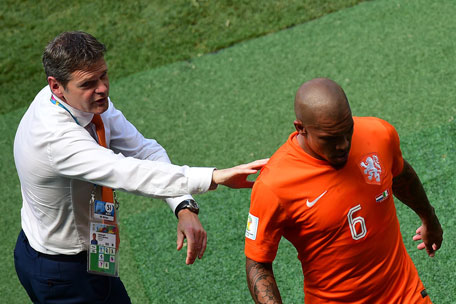 Netherlands' midfielder Nigel de Jong (right) walks off the pitch as Netherlands official Edwin Abraham gestures during a Round of 16 match between Netherlands and Mexico at Castelao Stadium in Fortaleza during the 2014 FIFA World Cup on June 29, 2014. (AFP)