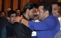 Photo: Salman Khan, Shah Rukh's 'hug and hate' relationship continues