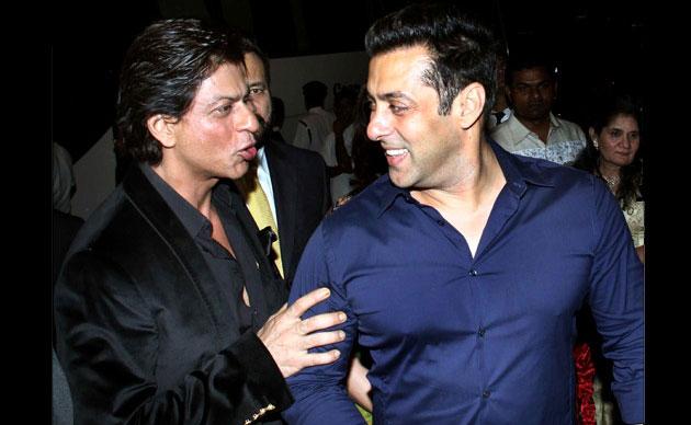 Bollywood actors Shah Rukh Khan (L) and Salman Khan share a joke at Arpita Khan's wedding reception. (Twitter)