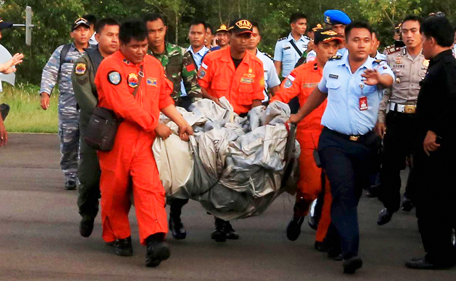 Members of the Search and Rescue Agency SARS carry debris recovered from the sea presumed from missing Indonesia AirAsia flight QZ 8501 at Pangkalan Bun, Central Kalimantan, December 30, 2014 in this photo taken by Antara Foto.  (REUTERS)