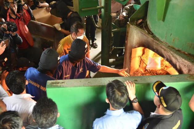 Hong Kong 'drug lord' forced to burn meth stash - Emirates ...