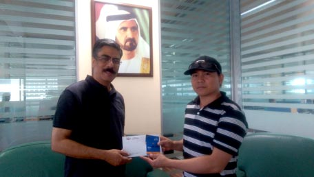 Edemar Divinagracia receiving his prize from Eudore Chand, managing editor of Emirates 24/7, in Dubai on Thursday.(Supplied)