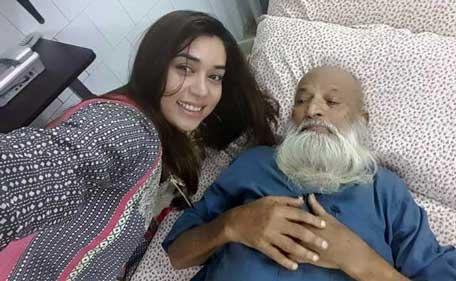 Pakistani Singer Komal Rizvi Faces Criticism After Hospital Bed Selfie Entertainment Emirates24 7