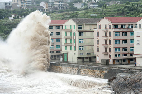 Huge waves are seen as typhoon Chan-hom comes near Wenling, east China's Zhejiang province on July 10, 2015. (AFP)