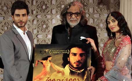 Pakistani actor Imran Abbas (L) and Indian Bollywood actress Pernia Quershi (R) pose with director Muzaffar Ali (C) during the music launch for the forthcoming Hindi film 'Jaanisaar' directed by Muzaffar Ali and produced by Meera Ali in Mumbai late July 23, 2015. (AFP)