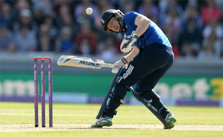 England's Eoin Morgan is struck by Australia's Mitchell Starc during the 5th Royal London One Day International - Emirates Old Trafford - 13/9/15. (Action Images via Reuters)