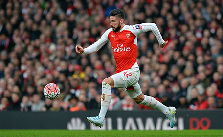 Arsenal's French striker Olivier Giroud runs with the ball during the English FA Cup third-round football match between Arsenal and Sunderland at the Emirates Stadium in London on January 9, 2016. (AFP)