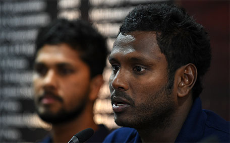 Sri Lanka's cricket captain Angelo Mathews (right) and cricketer Dinesh Chandimal attend a press conference in Colombo on January 13, 2016. (AFP)