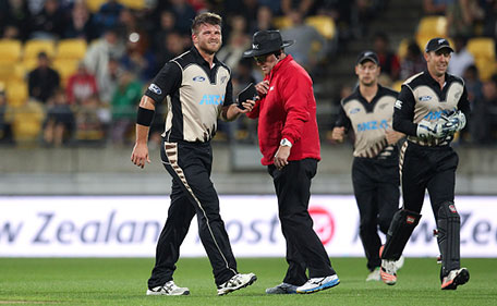Corey Anderson of New Zealand leaves the field injured during the Twenty20 International match between New Zealand and Pakistan at Westpac Stadium on January 22, 2016 in Wellington, New Zealand. (Getty Images)
