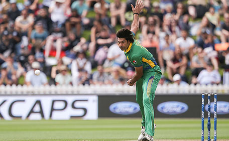 Mohammad Irfan of Pakistan bowls during the One Day International match between New Zealand and Pakistan at Basin Reserve on January 25, 2016 in Wellington, New Zealand. (Getty Images)