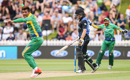 WELLINGTON, NEW ZEALAND - JANUARY 25: Mohammad Amir (L) and Sarfraz Ahmed of Pakistan appeal successfully for the wicket of Tom Latham of New Zealand during the One Day International match between New Zealand and Pakistan at Basin Reserve on January 25, 2016 in Wellington, New Zealand. (Photo by Hagen Hopkins/Getty Images)