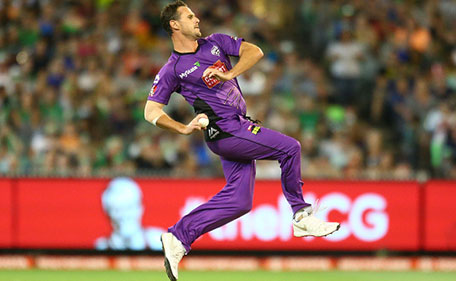 Shaun Tait of the Hurricanes bowls during the Big Bash League match between the Melbourne Stars and the Hobart Hurricanes at the Melbourne Cricket Ground on January 6, 2016 in Melbourne, Australia. (Getty Images)