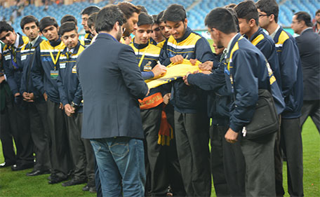 Peshawar Zalmi captain Shahid Afridi signing autographs for the APS students. (@PSL)